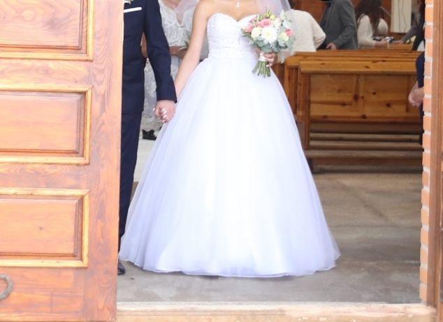 Suknia ślubna.              .