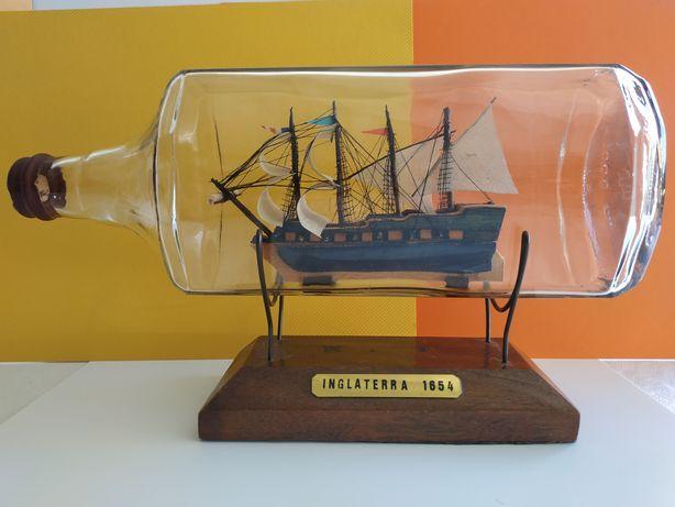 Garrafa de vidro com barco