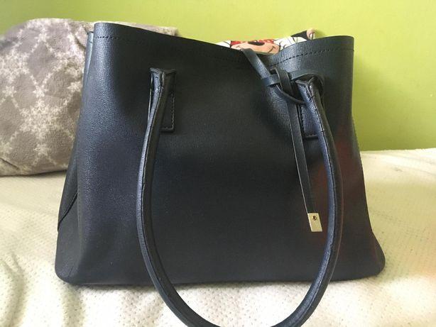 Granatowa torba Reserved mieści A4