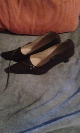 sapatos de salto alto em pele castanhos