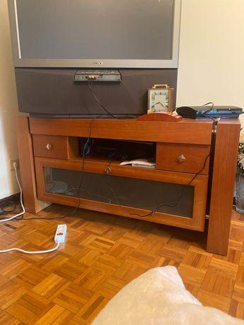 Móvel TV em madeira clara.