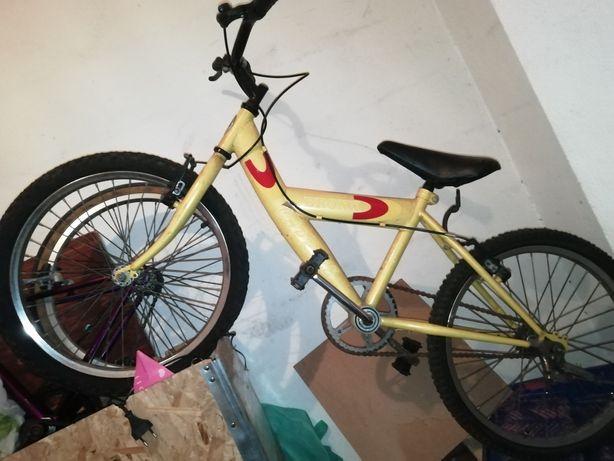Duas bicicletas pequenas