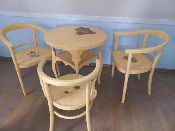 Zestaw antycznych mebli. Stół i 3 krzesła