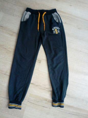 Spodnie dresy dla chłopca 134 r