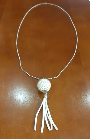 Naszyjnik z wisiorkiem w kolorze perłowym