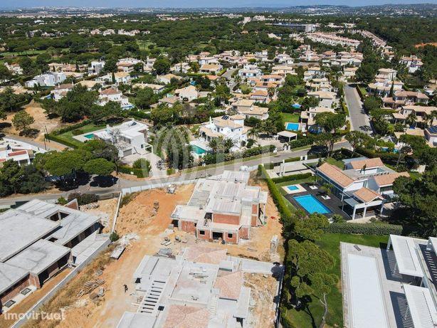 Moradia T5 nova com piscina, jardim e garagem, em Vilamou...