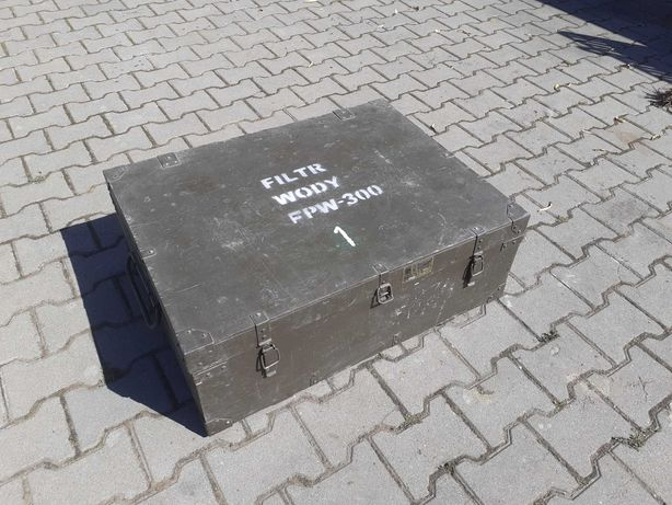 Skrzynia wojskowa drewniana z okuciami na zawiasach 80x60x30
