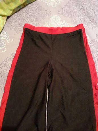 Штаны из латекса с красными  ломпасами.