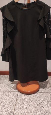 Vestido preto com renda nas mangas