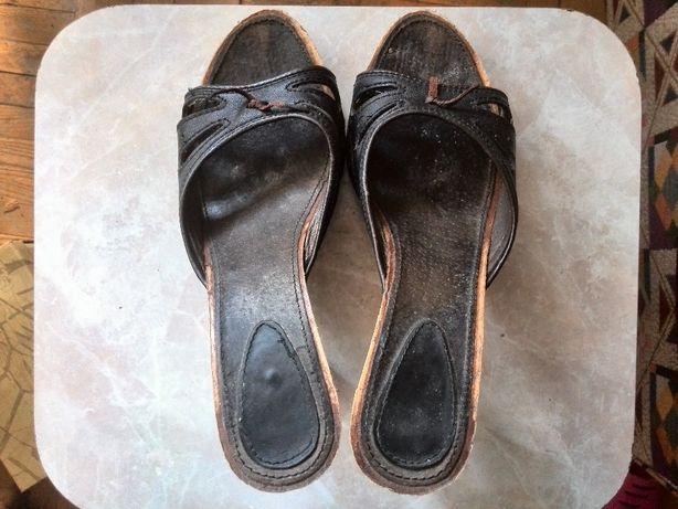 Шлепки на каблуках