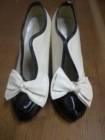 Sapatos elegantes e bonitos