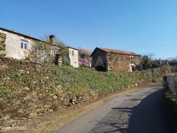 Casa em pedra + 2 dependências, para restauro