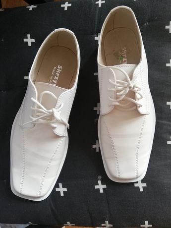 Białe buty komunijne, pantofle.
