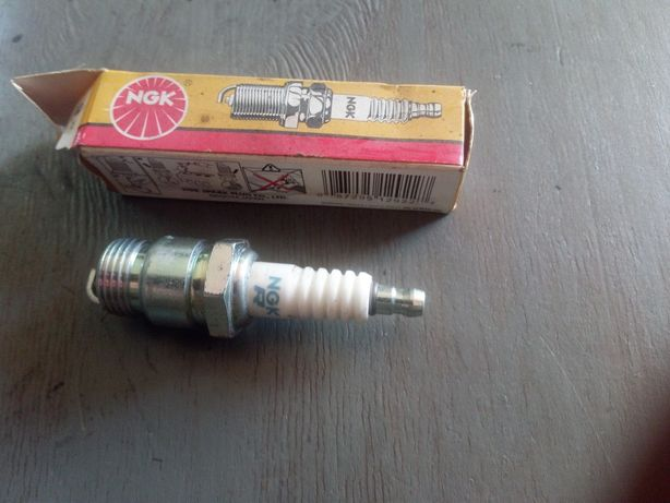 Свічкм NGK   4 штуки  товщина різьби 18 мм