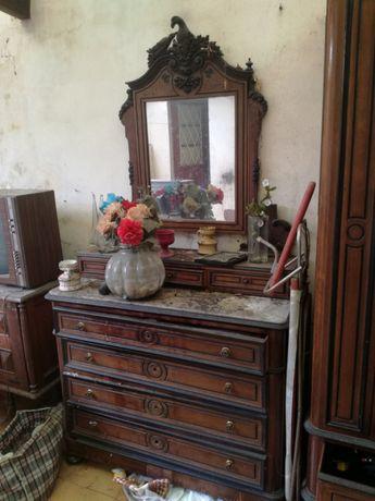 Cômoda antiga com espelho