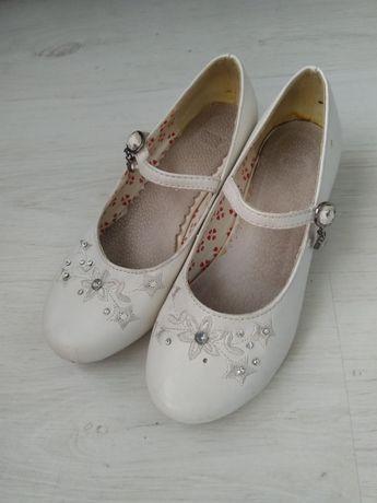 Białe pantofelki r.33
