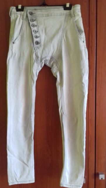 Niegrzeczne spodnie z lekko obniżonym krokiem z guzikami ;)