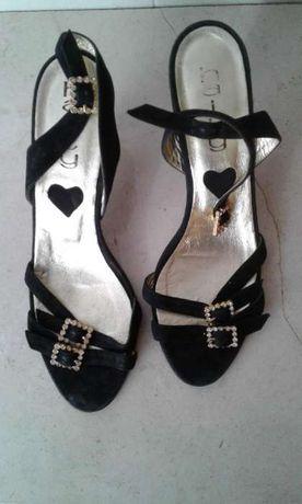 Sapatos Haity pretos de veludo com tiras com fivelas douradas e brilho