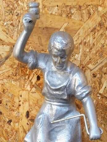 O ferreiro estatueta em alumínio com 39 cm