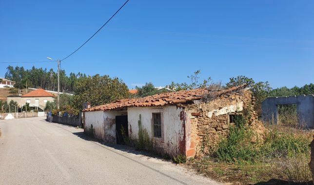 Casa em ruínas para reconstrução