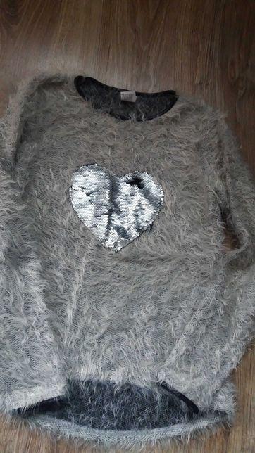 Sweterek 158 z cekinowanym sercem