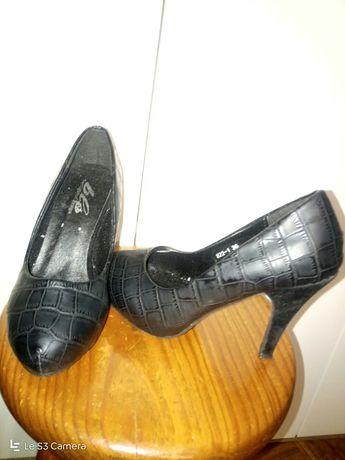 Sapatos pretos, saltos alto, pele,made Portugal,como novos!