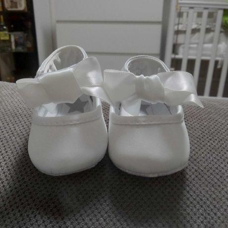 Sprzedam bardzo ładne buciki do chrztu dla dziewczynki 0-3 miesiące