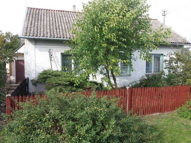 dom z cegły na wsi