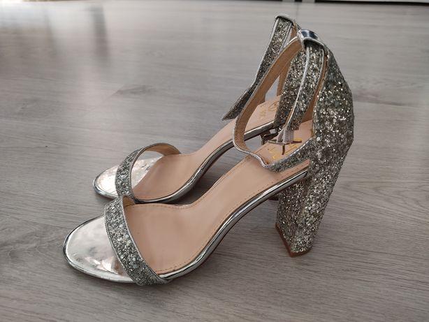 Sandałki na słupku - nowe za połowę ceny