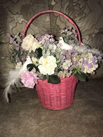 Корзинка с искусственными цветами в подарок или украшение