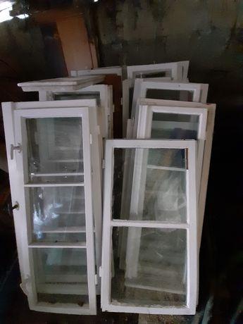 Okna drewniane stare biale skrzynkowe