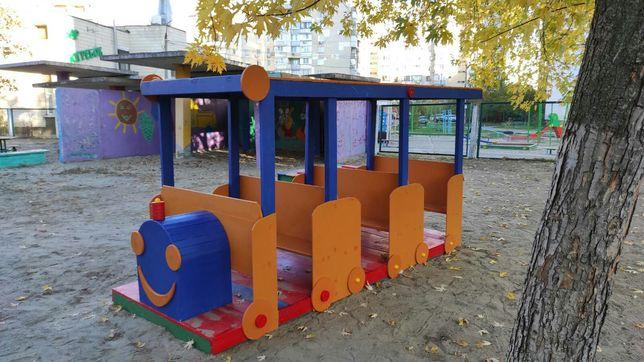 Паровоз окрашенный детскую площадку.
