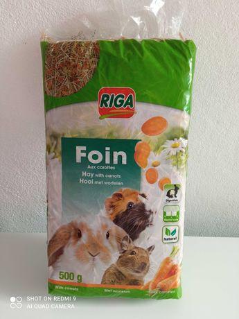 Embalagem de feno com cenoura para pequenos roedores