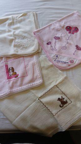 Fraldas pintadas e bordadas à mão