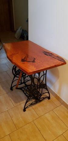 Stolik drewniany dębowy na podstawie maszyny do szycia