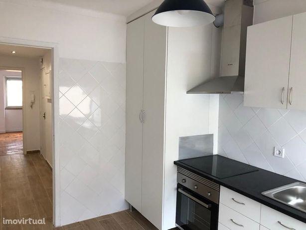 Apartamento T2 remodelado, s/ mobília, coz. semi equipada, na Pontinha