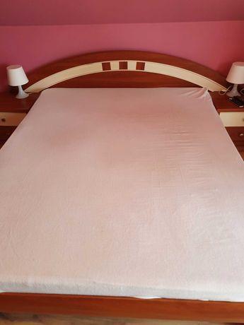 Łóżko z materacem, szafki nocne