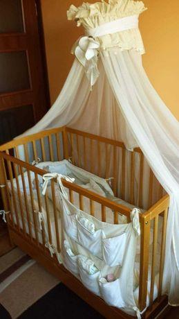 Łóżko dziecięce z baldachimem.