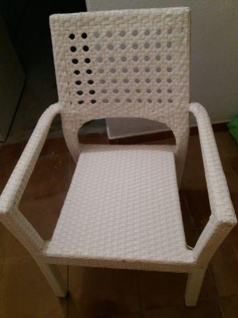 Cadeiras mobiliário de jardim exterior brancas em ratan