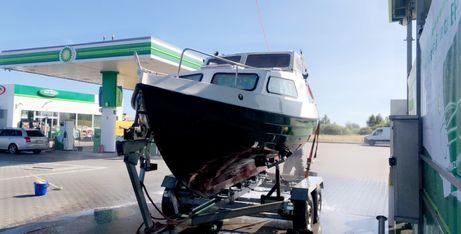 Łódź motorowa morska kabinowa z lawetą