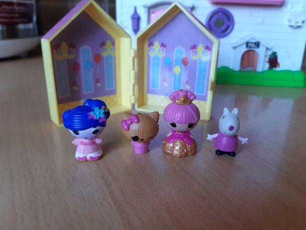 Маленькие игрушки и домик