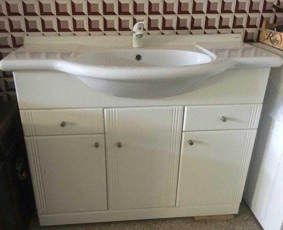 Móvel de casa de banho com lavatório E torneira