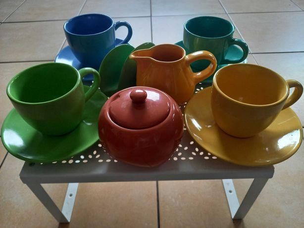 Komplet czterech kolorowych filiżanek