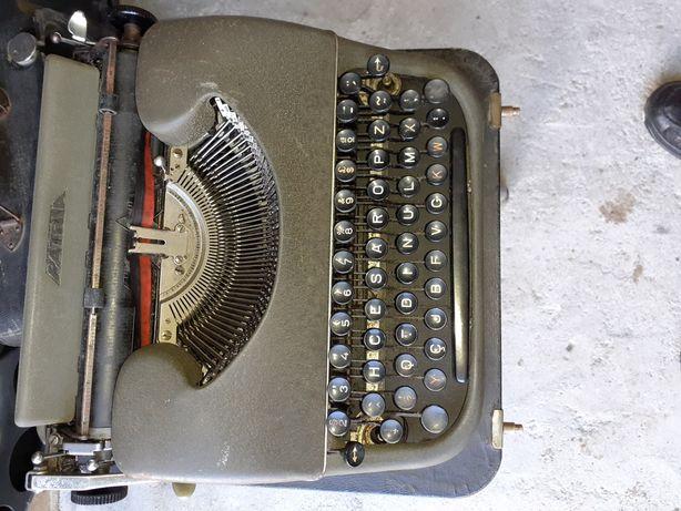 Maquina de escrever antiga a funcionar perfeitamente