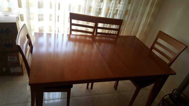 Mesa de Madeira extensível com 4 cadeiras