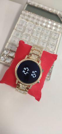 Elegancki Zegarek na bransolecie elektroniczny zloty