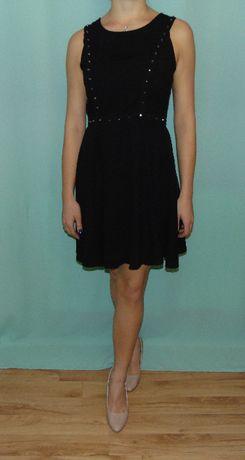 Czarna sukienka ze złotymi ćwiekami