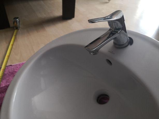 Umywalka wewnątrz blatowa.