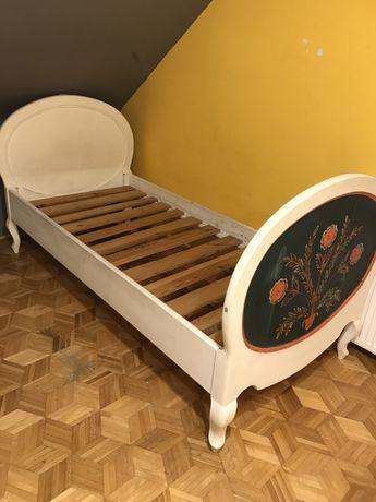 Łóżko białe z drewna