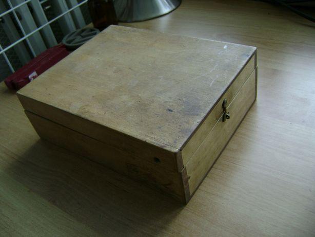 Starocie z PRL - Drewno = Pudełko zamykane na haczyk